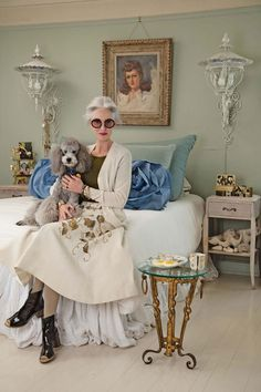 Here is a collection of some of my favorite shots of Linda Rodin and her beloved poodle Winky. Suggested for you: Casually Cool March 2009 Advanced Style Icon: Tziporah Salamon March 2009 Subway Lean February 2009 Colorful Creations February 2009 Julia Sarr Jamois, Dame Chic, Ari Seth Cohen, Stylish Older Women, Estilo Hippy, Deco Retro, Advanced Style, Advanced Beauty, White Hair