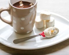 Préparez des cuillères de guimauves fondues à déguster accompagnées de chocolat chaud. Un recette de marshmallow facile à réaliser. Laissez-vous guider.