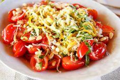 Sommer Zucchini-Nudelsalat Rezept mit Mini Roma-Tomaten, frischen Basilikum, Pinienkerne und Parmesan in einem Zitronen-Dressing (vegetarisch, low-carb)