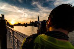 Ein professioneller Fotograf wird der Berufsfotografie zugeordnet und verdient mit dem Handwerk der Fotografie seinen Lebensunterhalt. Im Zentrum der Arbeit steht dabei das Konzept von Themen rund um die Fotografie. Um entsprechende Bezahlungen von Kunden zu erhalten wird sich überwiegend der Reklame von Produkten oder Dienstleistungen gewidmet. Berufsfotografen arbeiten auch im Kunstbereich,  ...