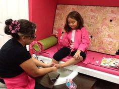 Seriously spoiled spa for girls is a must Kinder Spa Party, Nail Salon Decor, Kids Spa, Nail Bar, Birthday Parties, Blog, Party Ideas, Beauty, Girls