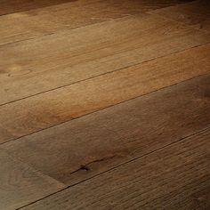 Lot de 18m² d'un parquet contrecollé en chênebrossé, recouvert d'un verniavec trois largeurs différentes   Ce produit est une fin de série dont la production est arrêtée en usine. Il est de même qualité qu'un autre parquet et offre un rendu similaire.    Pose flottante   Largeur variable   Finition verni mat   Surface poudrée etbrossée   2 micro chanfreins sur les côtés   Facile d'entretien
