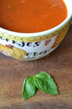 TOMATEN SOEP // Knoflook // Rode ui // Gember // Chili Peper // Bleekselderij // Wortel // Tomaten (vers, ontvelt) // Rode Paprika // Rozemarijn (takjes) // Thijm (takjes) // Bouillon (Zonnatura Groente) // Citroen (Schijfje) // Koriander (vers)