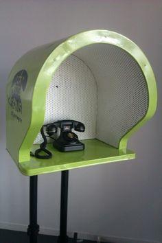 La boîte à sons : La boîte à sons se présente sous la forme d'une cabine téléphonique. Elle se compose d'un téléphone d'enregistrement, d'un boîtier de communication, et de questions affichées sur la paroi intérieure de la cabine. Le principe est simple : il suffit d'entrer dans la boîte, de décrocher le combiné, d'attendre cinq secondes, de suivre les instructions, de s'exprimer sur le sujet choisi, puis de raccrocher.