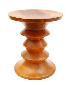 Gedraaide walnoot houten kruk ontwerp Ray Eames 1960 uitvoering Herman Miller / USA originele Miller productie aangekocht door de huidige eigenaar in de USA jaren 60
