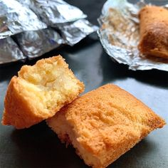 cake wrapped in aluminum foil Cornbread, Sweet Tooth, Recipies, Sweets, Baking, Cake, Ethnic Recipes, Desserts, Food