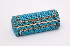 Snuffbox ca. 1820 Chased gold, silver settings, diamonds and cabachon turquoises