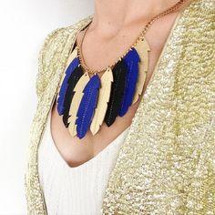 Collier plastron orné de 9 plumes de cuir coloris Cobalt-Or-Noir monté sur une chaine en laiton doré a l'or : Collier par lucky-rosetta