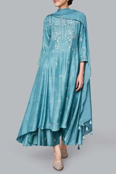 Outfits For Women – Lady Dress Designs Pakistani Dress Design, Pakistani Dresses, Indian Dresses, Indian Outfits, Indian Attire, Indian Ethnic Wear, Mehendi Outfits, Dress Indian Style, Indian Designer Suits