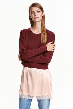Pull en maille fine de laine: QUALITÉ PREMIUM. Pull ample en laine. Modèle avec couture d'épaule descendue et manches longues. Finition bord-côte à l'encolure.