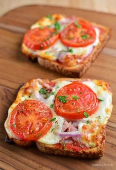Syn Free Pizza Toasts - for those times when you fancy pizza, but don& want. Syn Free Pizza Toasts - for those times when you fancy pizza, but don& want to go over on your daily syns. These are yummy and the toppings can be varied. Fancy Pizza, Eat Pizza, Pizza Snacks, Pizza Pan, Veggie Pizza, Veggie Snacks, Lunch Snacks, Quick Healthy Breakfast, Healthy Snacks