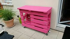 If you love pink color, you'll love this outdoor pallet bar. This pallet bar that could be used as a little BBQ table was made from two recycled wooden pal Wooden Pallet Bar, Outdoor Pallet Bar, Wooden Pallet Crafts, Diy Pallet Projects, Pallet Ideas, Outdoor Bars, Indoor Outdoor, Palet Bar, Pallet Exterior