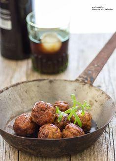 Receta de albóndigas caramelizadas con soja y vermut. Receta con fotografías del paso a paso y sugerencias de presentación. Recetas de carnes y ...