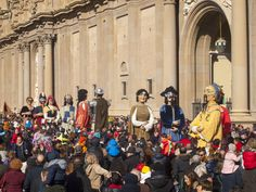 Los Gigantes con sus máscaras de carnaval