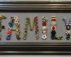 Costume Jewelry Crafts, Vintage Jewelry Crafts, Recycled Jewelry, Jewelry Frames, Jewelry Tree, Button Crafts, Button Art Projects, Jewelry Christmas Tree, Making Ideas
