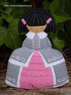 Kosucas : Menina de fieltro. Felted Wool Crafts, Felt Crafts, Sarah Kay, Tole Painting, Wool Felt, Christmas Ornaments, Holiday Decor, Inspiration, Handmade Dolls