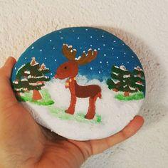 Winterwonderland  (kinderhand) #steinkunst #stein #steinebemalen #stone #stoneart #stonepainting #paintingrock #paintedstones #handarbeit #handmade #posca #poscaart #acrylicpainting #snow #schnee #winter #elch #elche