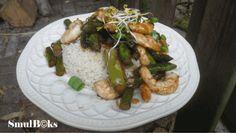 Ingrediënten: 200 g grote garnalen, vers of ontdooit 300 g groene asperges 1 rode ui 2 tenen knoflook 1 el geraspte gember 1 el gembersiroop 1 tl rijstwijn 1 tl sesamolie 1 tl sojasaus 3 el oesters…