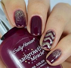 Tendance nail arts - Aujourd'hui, découvrez 12 nails arts réalisés avec des vernis à ongles couleur prune. Pour arborer un style chic et rock à la fois !