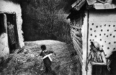 Una gran Fotografía del enorme Josef Koudelka. Aprende mediante su análisis qué recursos emplea y qué mensaje transmite con esta imagen de su trabajo Gypsies.