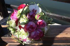 Brautstrauß von Passiflori Penzberg mit Pfingstrosen, Rosen, Orchideen und Gräsern in Pink und Weiß - Hochzeit am Riessersee - Wedding bouquet with peonies and orchideas