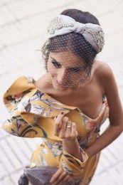 Turbante plata gris vestido amarillo invitada perfecta