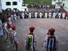 Bolantes de Valcarlos, Navarra. Danza, Tradición Danzas ancestrales que se celebran cada año en Luzaide/Valcarlos en el día de Pascua de Resurreción. Todo un espectaculo visual para los ojos y sonoro para los oidos.