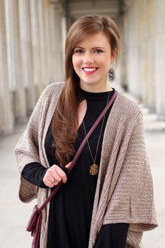 Spring look | Spring outfit | Frühlingslook | Frühlingsoutfit | Blogger | Fashionblog | Cardigan | Fledermauscardigan | Kleid schwarz | Pumps | smile | girl | Brunette | brown hair | happy | braune Haare | Outfit | JustMyself | lachen | lächeln