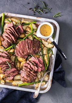 Karitsa on pääsiäisen ykkösruokaa! Tällä reseptillä valmistat koko juhla-aterian samalla pellillä. Hyvin valmistettu lammas on mielestäni parasta pääsiäiseen ja varsinkin karitsa. Tällä reseptillä valmistus onnistuu nopeasti, sillä en marinoinut karitsan paahtopaisteja etukäteen ja jätin myös... Holidays And Events, Steak, Food And Drink, Beef, Cooking, Recipes, Foods, Drinks, Food Food