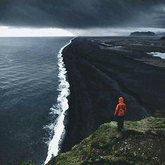 Playa de arena negra en Islandia.