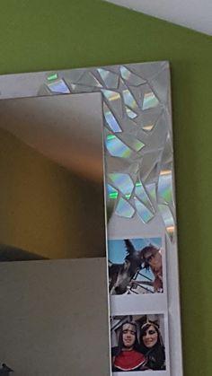 Proyecto de decoración de marco de espejo con trozos de cds