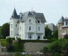 Villa bord de mer à Dinard. Demeures du littoral Architecture, Michel, World, House Styles, Villas, Saint, Places, Nature, Landscapes