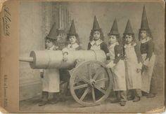 Petits sorciers, c. 1900 Par A. Liébert Tirage argentique d'époque, cachet de signature du photographe sur le carton de montage 16,6 x 21,6 cm. Estimation : 60 - 80 €. Millon & Associés à Paris, le 10 novembre 2015