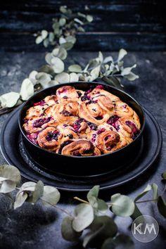 Gesündere Hefeteigschnecken mit Quarkfüllung und Beeren. Wie klingt das? Ich würde sagen es klingt nach: Sofort nachbacken und genießen!