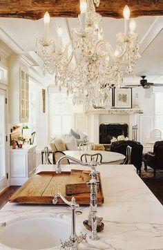 Cozinha com lustre clássico | Eu Decoro