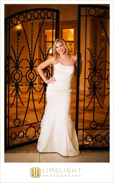 Nice Bride Wedding Dress FLORIDA AQUARIUM Wedding Limelight Photography Wedding Photography stepintothelimelight Florida Aquarium Tampa Pinterest