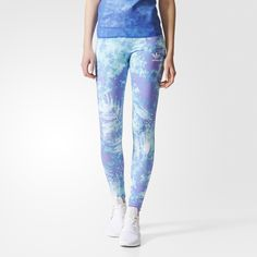 Inspired by batik prints and an oceanic colour palette, these women's leggings showcase an allover tropical foliage graphic. The randomly placed print makes each pair one of a kind. Made of stretchy jersey and featuring an elasticised waistband, the tights are finished with a Trefoil logo on the hip.