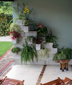 Plants add life to a home and make it look warm and welcoming. If you want to add a few planters to your home's indoor or outdoor area but don't have free Cinder Block Garden, Cinder Blocks, Diy Porch, Vertical Gardens, Diy Garden Decor, Garden Projects, Garden Inspiration, Backyard Landscaping, Outdoor Gardens