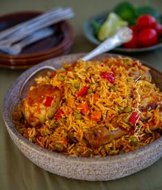 Smakrik kryddig latinamerikansk risrätt med kyckling. Alltid tillagas smidigt i en och samma gryta. Jag har sett olika versioner på arroz son pollo, man kan tex ha i gröna oliver, selleri eller majs. Du kan enkelt variera ditt ris och ha i de grönsaker du själv tycker om. Detta är min tolkning som blev fantastiskt god. 6-8 portioner 1 kg kycklingklubbor eller kycklinglår 5 dl ris (långkornigt eller basmatiris passar bra) 1 gul lök 1 röd paprika 2 morötter (kan uteslutas) 4 vitlöksklyftor 3… A Food, Food And Drink, Zeina, Vegetarian Recipes, Healthy Recipes, Lchf, Paella, Chili, 3 D