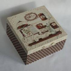 Wunderschöne Box mit Serviettentechnik und Strukturpaste verziert.