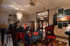 Необычный интерьер гостиной в красно-синих тонах