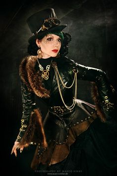 Steampunk its more than an aesthetic style, it's the longing for the past that never was. In Steampunk Girls we display professional pictures, and illustrations of Steampunk, Dieselpunk and other anachronistic 'punks. Some cosplay too! Steampunk Couture, Steampunk Mode, Viktorianischer Steampunk, Steampunk Accessoires, Steampunk Dress, Steampunk Design, Steampunk Clothing, Steampunk Fashion, Gothic Fashion
