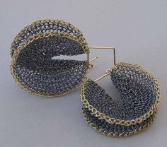 Hanne Behrens - Earrings - Crochet, fine silver and 750 gold.  Un circulo  Uno o varios en lazo