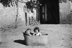 La France paysanne au début du siècle dernier. Pour les plus jeunes la toilette se fait dans la cour...