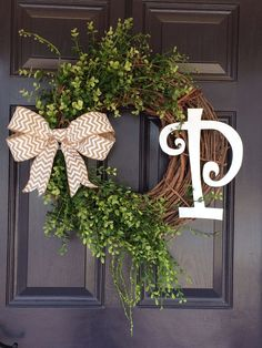 I think I can make this & it already shows the finished wreath with my initial! Looks pretty simple.