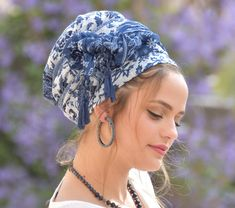 💛🧡This lovely, soft, handcrafted headscarf is an alluring combination of blue and white fabric, with additional blue tassels for special knots. It can be tied in multiple ways. Bobby Pin Hairstyles, Headband Hairstyles, Braided Hairstyles, Womens Fashion Online, Latest Fashion For Women, Hair Scarf Styles, No Slip Headbands, Blue And White Fabric, Glands