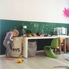Criança tem muita energia e criatividade. Que tal pintar a parede com tinta para lousa e liberar os desenhos por aí?! Deixa a diversão entrar!!!  Referência: imagem retirada do site thebooandtheboy.com | Foto por @madebylon  #elefantedesignparapequenos #elefantedesign #designparapequenos #projetosinfantis #projetosdescolados #projetosdivertidos #arte #alegria #brincadeiras #cesto #brinquedos #diversão #desenhos #inspiração #imaginação #criatividade #crianças #kidsroom #kids #mesinha…