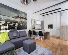canapé gris anthracite avec méridienne et repose-pieds, parquet massif et tapis gris