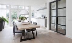 Remy Meijers heeft van dit voormalige kantoorpand een hele sfeervolle woning gemaakt, die ondanks het grote woonoppervlak niet reusachtig aanvoelt.