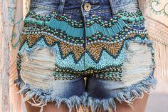 Marina Casemiro » Look: poncho franjas e bordado + short jeans desfiado com pedrarias!